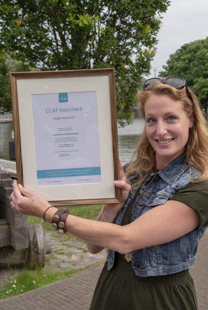 Foto deelneemster met certificaat