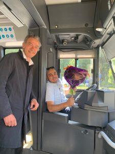 Wethouder Huizing en één van de buschauffeurs
