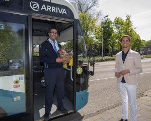 Wethouder ten Hark en één van de buschauffeurs